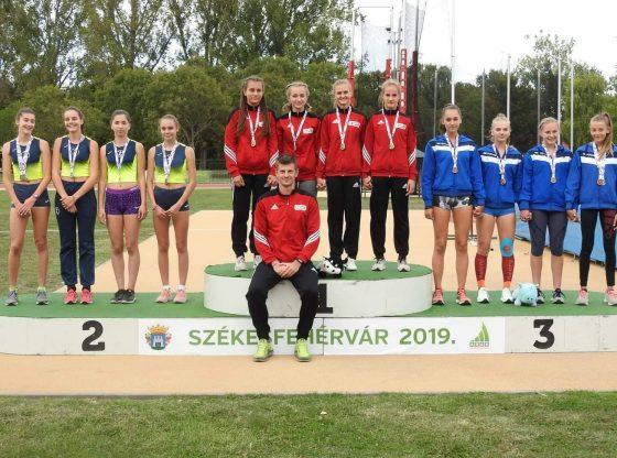 A bajnoki címvédő serdülő leány csapat: Rőczei Gréta (balról), Fülöp Alexa, Gál Nikolett és Kucsma Kinga és edzőjük, Majkut Gergely